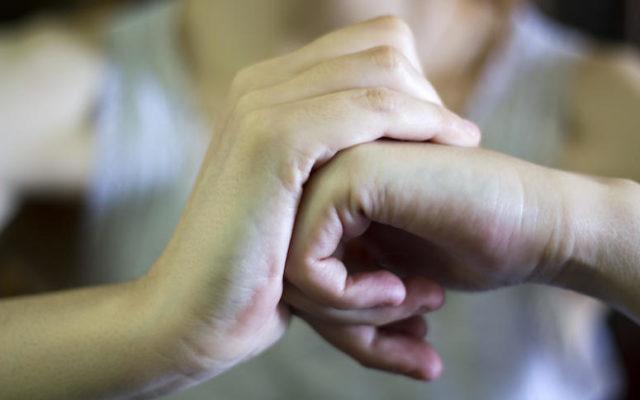 Τι είναι το κρακ στις αρθρώσεις; Οι 3 βασικές αιτίες του ενδαρθρικού κριγμού.